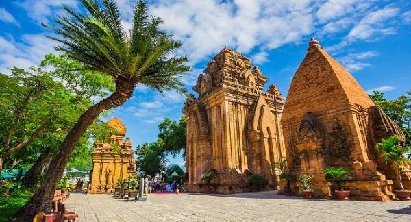 Tháp Bà Ponagar nằm gần trung tâm thành phố Nha Trang, nên bạn đều dễ dàng ghé thăm nơi đây để được mở mang tầm mắt với công trình kiến trúc độc đáo này.