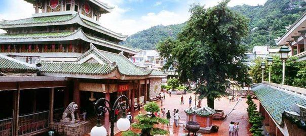 Miếu Bà Chúa Xứ Núi Sam thu hút hàng triệu lượt khách viếng thăm hằng năm.